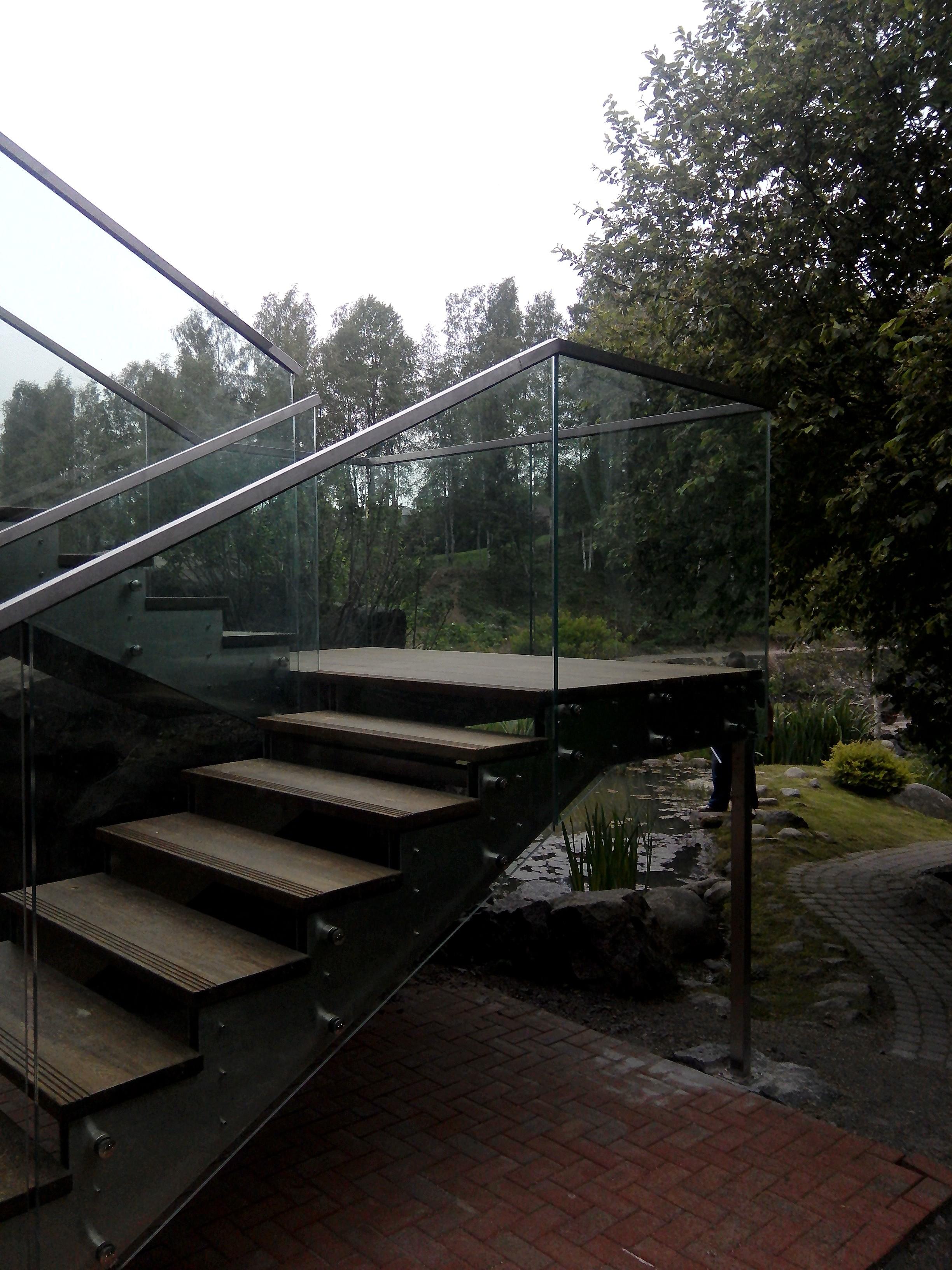 Заказать лестницу со стеклянным ограждением в СПб