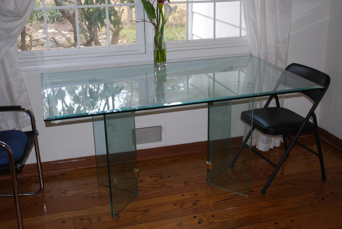 Изготовление стеклянных столов на заказ в СПб