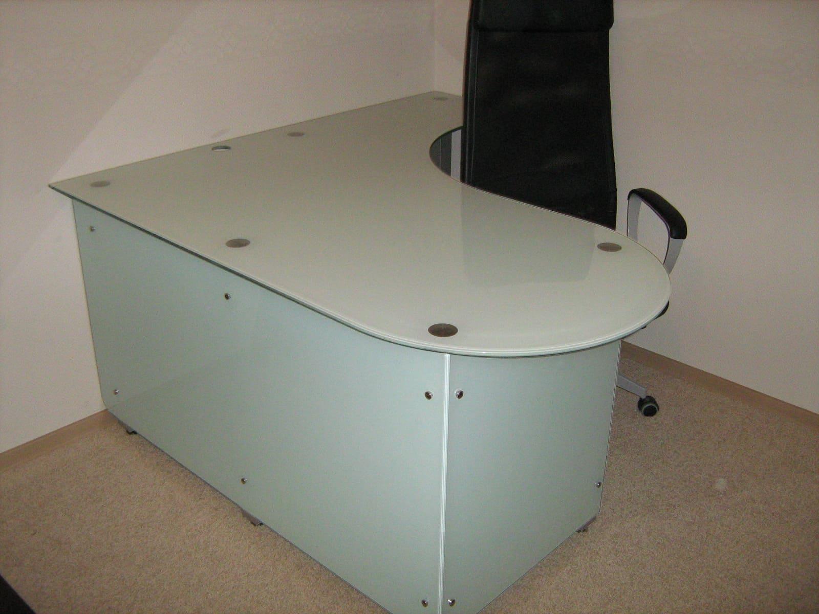 Стеклянный стол 11